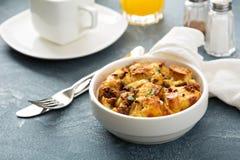 Frukostskikt med ost och korven royaltyfri bild
