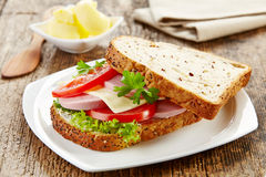 Frukostsmörgås med den skivade korven och tomaten royaltyfri bild