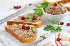 Frukostsmörgåsar med hemlagad pate för feg lever arkivfoton