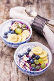 Frukostsmoothiebunke med frukter och granola Royaltyfri Bild