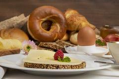 Frukosttabell med det ostbröd, kaffe, ägget, skinka och driftstopp arkivfoto