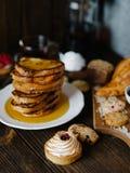 Frukosttabell med nya bakelser Royaltyfri Foto