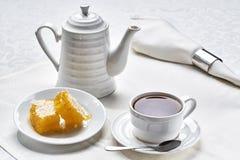 Frukostte med honung Arkivfoton