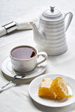 Frukostte med honung Arkivbilder