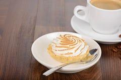 Frukosttid med kakan och kaffe Arkivfoto