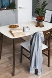 Frukosttid och kökstället med kaffe rånar på träskrivbordet med den öppnade boken arkivfoto