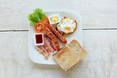 Frukostuppsättning i den vita maträtten fotografering för bildbyråer