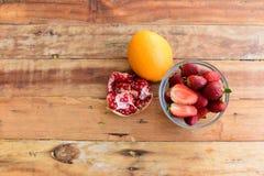 frukt är användbar till kroppen täta nya frukter upp Sunt äta och att banta begrepp royaltyfria foton