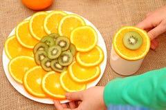 Frukt, apelsin och kiwi Fotografering för Bildbyråer