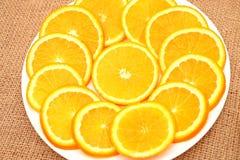 Frukt, apelsin och kiwi på en platta Fotografering för Bildbyråer