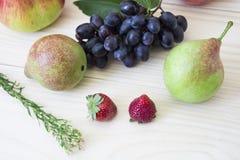 Frukt av nedgången av hösten äpplen, päron, blåa druvor, persikor och juicе Bakgrund frukt med det gröna bladet Royaltyfria Bilder