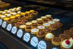 Frukt-, bär- och för choclatetartletsefterrätt bakelser royaltyfria foton