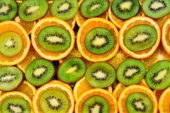 Frukt- bakgrundsuppsättning av skivor av orange frukt och kiwin Royaltyfria Foton