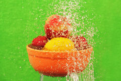 Frukt bevattnar in. arkivfoton