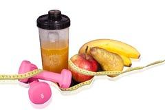 Frukt- coctail med frukt i en shaker Små hantlar för övning och meter Royaltyfria Bilder