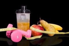 Frukt- coctail med frukt i en shaker Små hantlar för övning och meter Fotografering för Bildbyråer