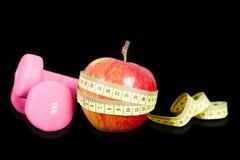 Frukt- coctail med frukt i en shaker Små hantlar för övning och meter Royaltyfri Fotografi