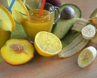 Frukt- coctail, med sugrör, smoothies som omges av frukt arkivfoto