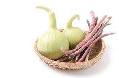 Frukt för flaskkalebass och lilacowpea i den isolerade korgen Royaltyfria Foton