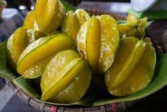 Frukt för stjärnaäpple på gatamarknaden, Thailand arkivbild