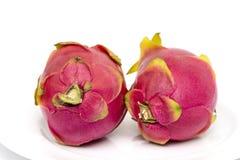 Frukt för två drake i maträtten som isoleras på vit bakgrund Royaltyfria Bilder