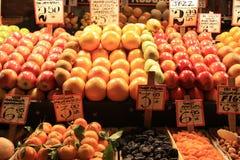 Frukt@ fruitstall Arkivfoton