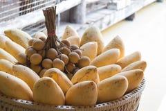 Frukt i en korg Royaltyfria Bilder