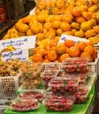 Frukt i hyllor Arkivfoton