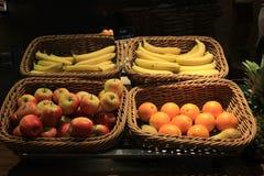 Frukt i korgar Arkivbild