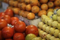 Frukt i marknaden Arkivfoton