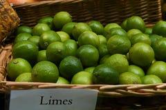 Frukt i matmarknad Arkivbild