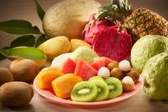 Frukt i platta royaltyfri bild