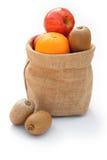 Frukt i säckväv hänger lös arkivbild
