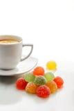 Frukt Jelly Candies och en kopp te Arkivbilder