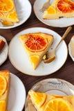 Frukt- kaka med apelsiner arkivfoto