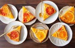 Frukt- kaka med apelsiner royaltyfri bild