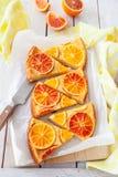 Frukt- kaka med apelsiner royaltyfri fotografi