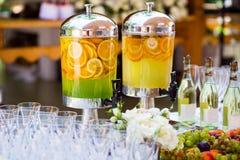 Frukt- lemonad, bär frukt den uppfriskande drinken, orange fruktsaft som sköter om, Arkivbilder