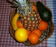 Frukt med korgen Arkivbild