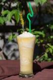 Frukt mjölkar coctailen på tabellen Royaltyfria Foton