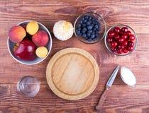 Frukt och bär på ett bräde, arkivfoton
