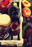 Frukt och bäret sitter fast och syrliga stycken av frukt Arkivbilder