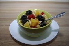 Frukt- och bärsallad i en grön maträtt Arkivbild