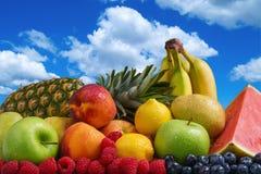 Frukt och blå himmel Arkivfoto