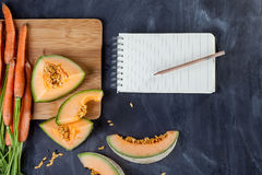 Frukt och grönsak med anteckningsboken Arkivfoton