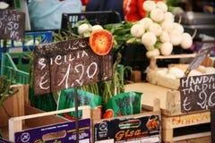 Frukt och grönsaker som är till salu på Farmer& x27; s-marknad med tecken och priser Fotografering för Bildbyråer