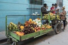 Frukt- och grönsaksäljare, havannacigarr, Kuba royaltyfria bilder