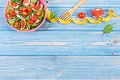 Frukt- och grönsaksallad, gaffel med det måttband-, bantning- och näringbegreppet, kopieringsutrymme för text på bräden Fotografering för Bildbyråer