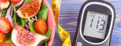 Frukt och grönsaksallad- och glukosmeter med måttband, begrepp av sockersjuka, bantning och sund näring royaltyfri fotografi