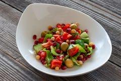 Frukt- och grönsaksallad: oliv granatäpplefrö, söt pepp royaltyfri bild